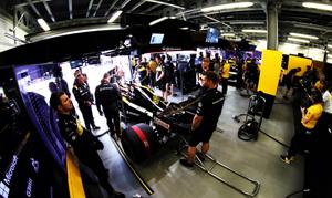 Renault-F1-Paddock-Club-garage